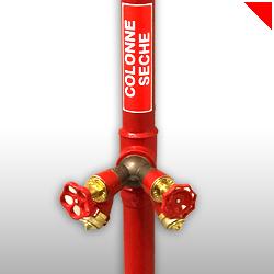 La colonne sèche, installée dans les immeubles de plus de 7 étages, facilite l'intervention des pompiers en permettant le raccord des lances à incendie dessus.